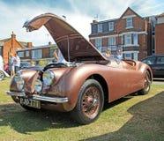 Le jaguar xk120 de vintage folâtre le moteur Images stock