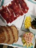 Le jambon a coupé le style espagnol, le pain et le dessert Photo libre de droits