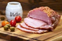 Le jambon cru s'est préparé à la consommation sur le panneau de cuisine photographie stock libre de droits