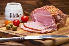 Le jambon cru s'est préparé à la consommation sur le panneau de cuisine images libres de droits