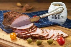 Le jambon rôti, le ‹découpé en tranches d'†de ‹d'†et préparent pour la consommation photographie stock