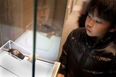 Le Japon - Hiroshima - l'horloge authentique de musée commémoratif survécue photographie stock
