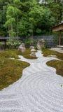 Le JAPON, KYOTO, regardent le jardin japonais de zen photo libre de droits