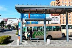Le Japon : Terminus de bus de vue de rue Images stock