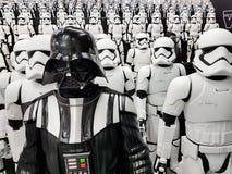 Le JAPON, TOKYO, Akihabara, 10 - juillet 2017 : L'exposition modèle des chiffres stormtroopers et Darth Vader de Guerres des Étoi Images stock