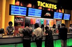 Le Japon, vente de billets dans un cinéma de Tokyo images stock