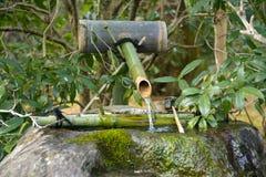 Le Japon voyage l'eau fontaine bruit fabricant en avril 2018 en bambou japonais photo stock