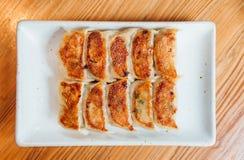 Le Japonais Pan-Fried Dumplings d'ensemble de Yaki-Gyoza a servi du plat blanc photos libres de droits