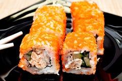 Le Japonais roule avec le caviar de masago Photos stock