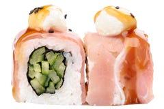 Le Japonais roule avec le fromage de lard et fondu et les concombres d'isolement Image stock