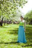 Le jardin de jeune femme au printemps Photographie stock