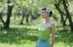 Le jardin de jeune femme au printemps Photos stock