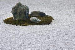 Le jardin de zen a ratissé le cercle de gravier et la caractéristique de roche. Images libres de droits