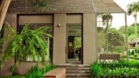 Le jardin est décoré dans le style tropical de jungle pour la relaxation photo libre de droits