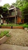 Le jardin est décoré dans le style tropical de jungle pour la relaxation photographie stock libre de droits