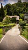 Le jardin est décoré dans le style tropical de jungle pour la relaxation images stock