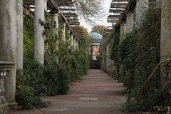 Le jardin et la pergola de colline photographie stock libre de droits
