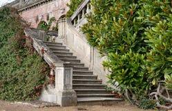 Le jardin fait un pas menant à une maison majestueuse anglaise images stock
