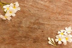 Le jardin fleurit au-dessus de la table qui a fait à partir du bois Photo stock