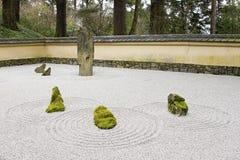 Le jardin japonais de pierre et de sable a couvert de tuiles le mur de toit images stock