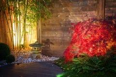Le jardin japonais de zen a éclairé par des lumières de tache la nuit Image stock