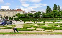 Le jardinier travaille aux jardins de palais de belvédère photo stock