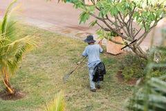 Le jardinier travaille dans le jardin, Varadero, Matanzas, Cuba Copiez l'espace pour le texte image stock