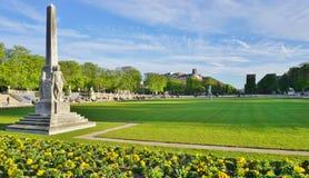 Le Jardins du Luxembourg font du jardinage à Paris images libres de droits