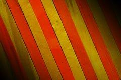 Le jaune approximatif de cru ponctuent avec le fond en bois de texture de cloison de séparation de couleur orange image libre de droits
