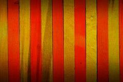 Le jaune approximatif de cru ponctuent avec le fond en bois de texture de cloison de séparation de couleur orange photographie stock