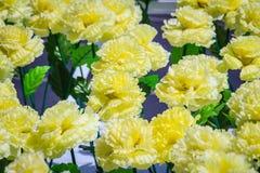 Le jaune artificiel fleurit la décoration pour la célébration de réveillon de Noël et de nouvelle année Images libres de droits