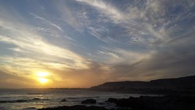 le jaune bleu opacifie le coucher du soleil Photos stock
