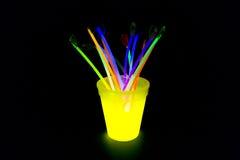 Le jaune a coloré le verre fluorescent avec des lumières de bâtons de lueur Photo libre de droits