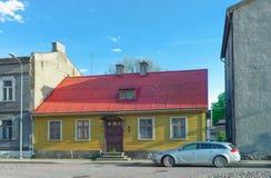 Le jaune a peint la vieille maison avec le toit rouge dans Ventspils Photo libre de droits