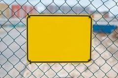 Le jaune vide se connectent la barrière de chantier de construction - maquette de panneau d'avertissement photos stock