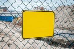 Le jaune vide se connectent la barrière de chantier de construction - maquette de panneau d'avertissement image libre de droits