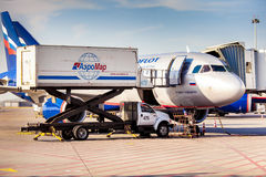 Le jet d'avions d'Aeroflot s'est accouplé dans l'aéroport de Sheremetievo préparant f Image libre de droits