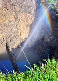 Le jet d'eau sous forme de fuite dans le tuyau endommagé en métal au site de production photographie stock libre de droits