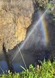 Le jet d'eau sous forme de fuite dans le tuyau endommagé en métal au site de production photographie stock