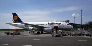 Le jet de compagnie aérienne de Lufthansa après arrivée Photographie stock