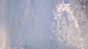 Le jet de l'eau d'une fontaine Éclaboussure de l'eau dans la fontaine clips vidéos