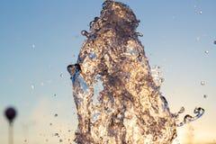Le jet de loseup de ¡ de Ð de l'eau d'une fontaine frappée contre un ciel bleu, les baisses du miroitement de l'eau au soleil et  images stock