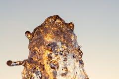 Le jet de loseup de ¡ de Ð de l'eau d'une fontaine frappée contre un ciel bleu, les baisses du miroitement de l'eau au soleil et  photo stock