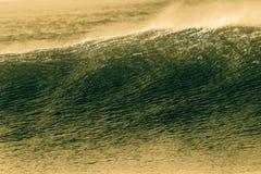 Le jet de mur de vague donne au processus une consistance rugueuse croisé de contrastes Photographie stock libre de droits