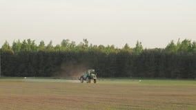 Le jet de tracteur fertilisent le champ avec des produits chimiques d'herbicide d'insecticide dans le domaine d'agriculture et la banque de vidéos