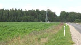 Le jet de tracteur fertilisent le gisement de maïs avec la route proche chimique 4K clips vidéos