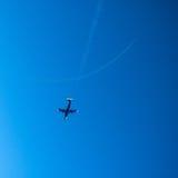 Le jet deux effectuent les maneuvres acrobatiques aériens Images libres de droits