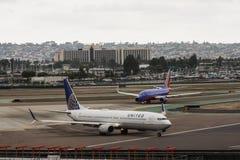 Le jet et le Southwest Airlines d'United Airlines voyagent en jet le dégagement de attente pour le décollage Images stock
