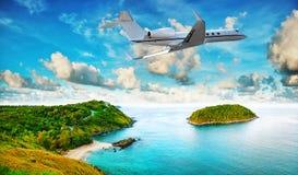 Le jet privé part de la station de vacances tropicale Photos libres de droits