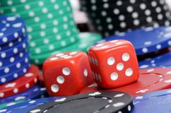 Jeton de poker et cubes rouges Image libre de droits